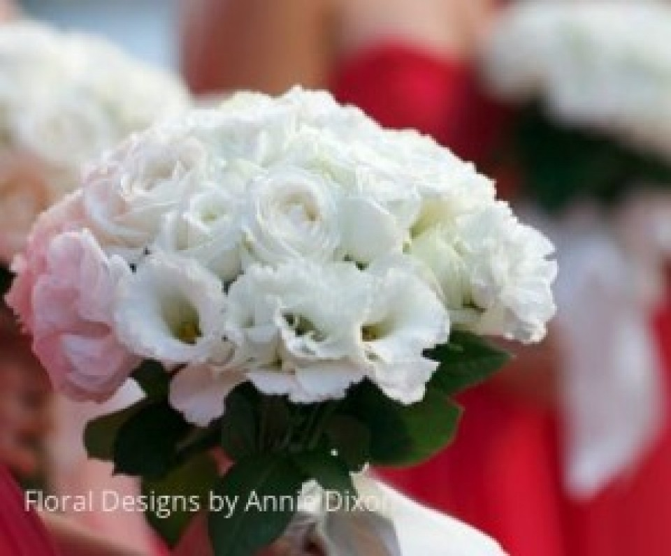 A natural stem ivory posy of lissianthas and roses