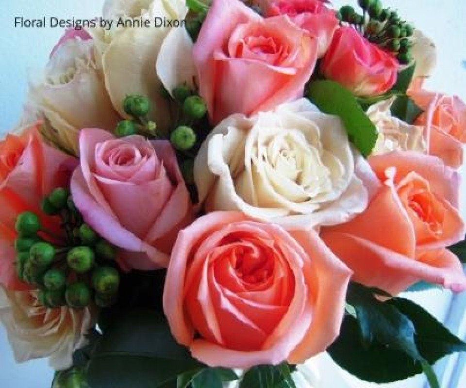 Bouquet of coraql roses and ivy berry